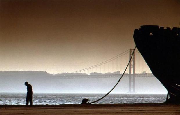 MANOEL DE ANDRADE - UM HOMEM NO CAISNo cais....Lisboa.preview