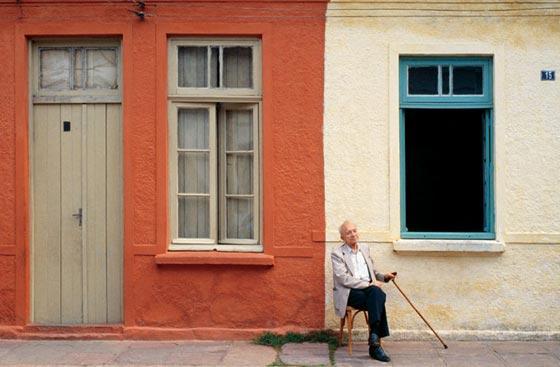 mário quintana em frente da sua residência na rua demétrio ribeiro em Porto Alegre. na esquina da mesma rua residia o jovem poeta jb vidal. calçadas onde tiveram vários encontros sob o sol dos invernos.   e