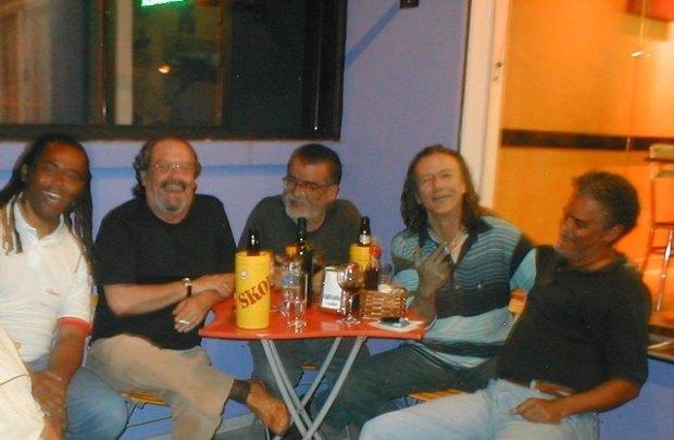 """saul, do movimento afro-brasileiro, o poeta e editor jb vidal, o artista visual rettamozo, o """"louco"""" dramaturgo austregésilo carrano e o artista visual claudio kambé. todos grandes amigos."""