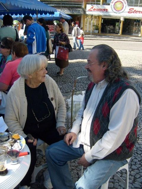 a artista visual MARINA SOLDA e o poeta jb vidal, na praça 19 de dezembro, em curitiba, degustando ostras e vinhos e outros frutos do mar na manhã de um sábado de outubro de 2008.