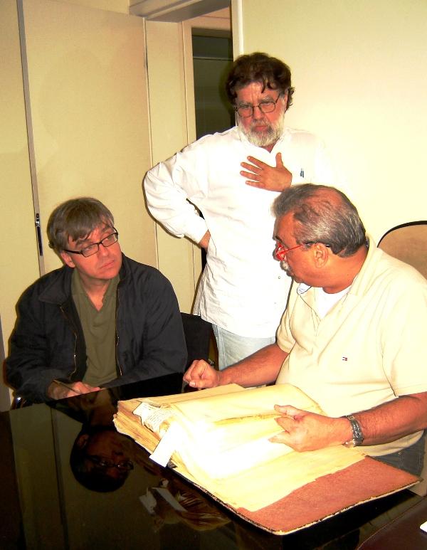 o repórter da Folha de São Paulo Marcos Strecker, o jornalista e biógrafo Toninho Vaz e o médico Francisco Baptista Neto que tem a posse dos documentos. foto de Mary Garcia.